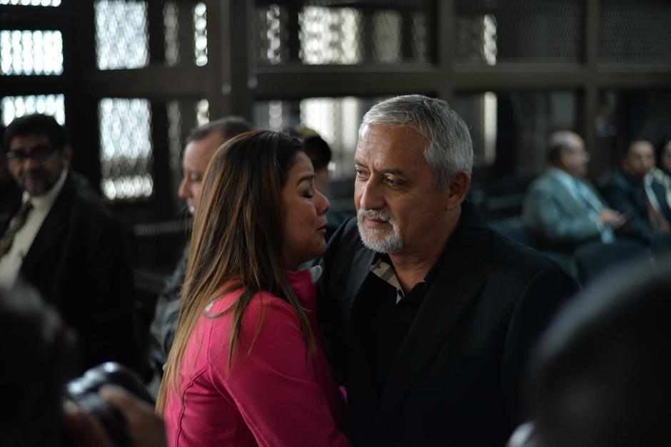El expresidente Otto Pérez Molina se acercó a la exintendente de Aduanas Claudia Méndez y ella rompió en llanto. (Foto: Wilder López/Soy502)