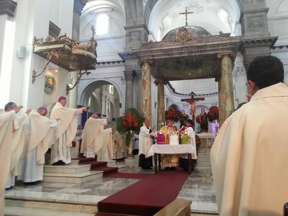 El Arzobispo Metropolitano Julio Vian celebró la misa crismal. (Foto: Radio Estrella)