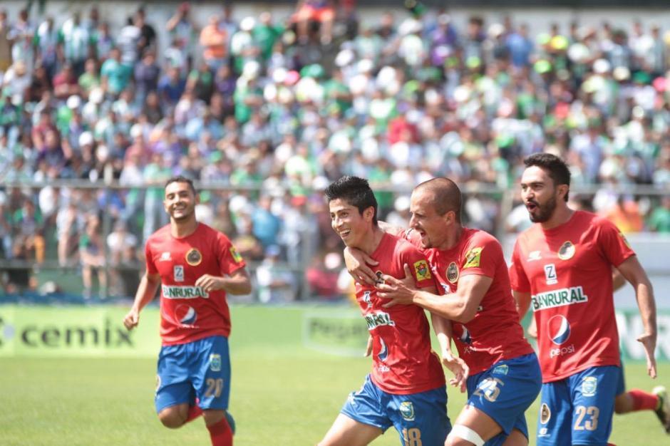 Frank de León puso el 2-1 con el que Municipal le dio la vuelta al marcador. (Foto: Luis Barrios/Soy502)