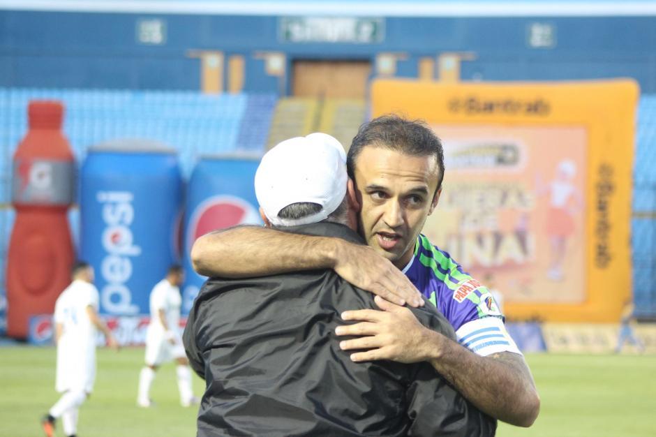 José Manuel abraza a Willi Olivera. (Foto: José Dávila/Soy502)