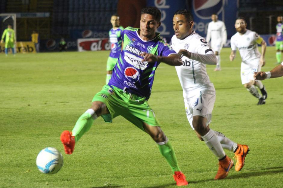 Jairo Arreola pelea el balón contra sus ex compañeros.