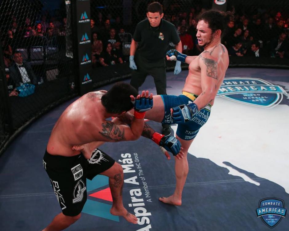 Rudy Morales intenta conectar a Izic Fernández en el Combate Americas. (Foto: Combate Americas)