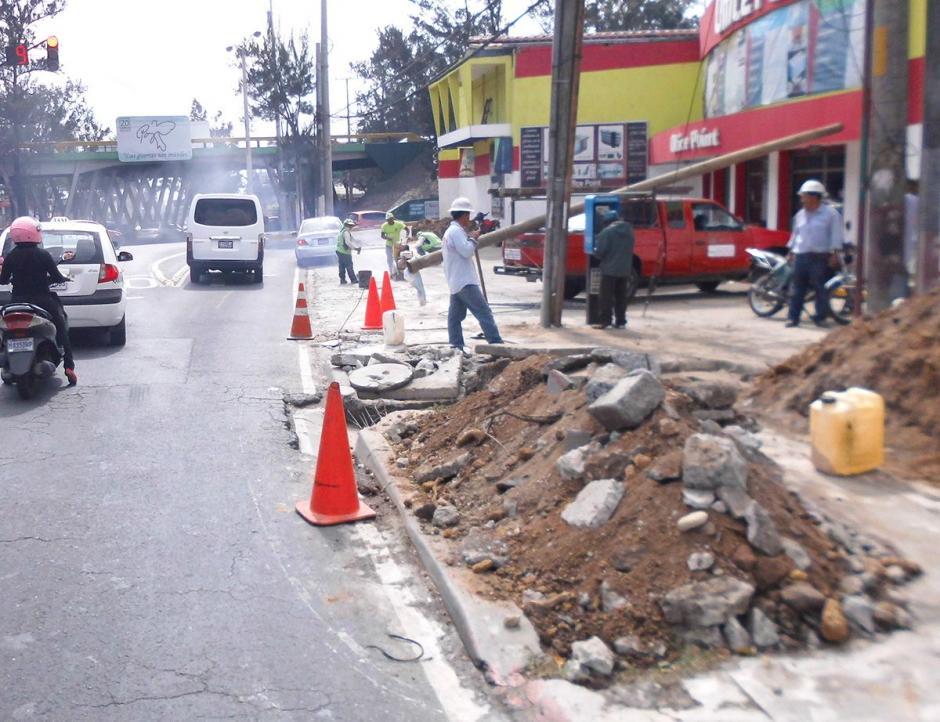 Sobre la calzada Doroteo Guamuch Flores se trabaja en la ampliación de un segundo carril. (Foto: Álvaro Hugo Rodas)