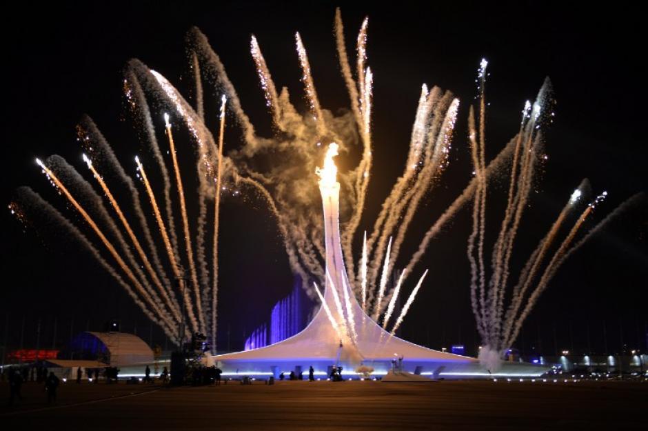 Fuegos Artificiales explotan como acto final de la inauguración de los Juegos Olímpicos de Invierno de Sochi 2014