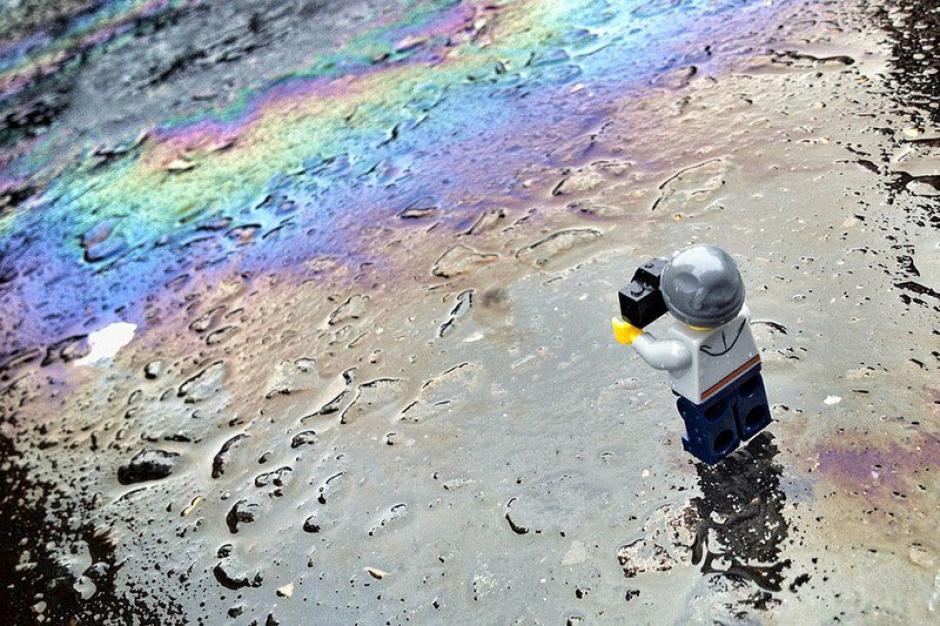 El Legógrafo fotografía el aceite derramado. (Foto: Andrew Whyte)