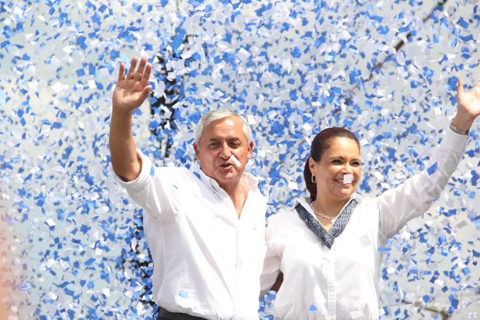 El binomio presidencial conluyó el acto de rendición de cuentas con el típico confeti que cierran las actividades políticas del Partido Patriota (PP).(Foto: Alexis Batres/Soy502)