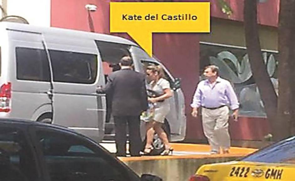 La actriz Kate del Castillo recibe un teléfono para que se comunique con el narcotraficante Joaquín Guzmán Loera. (Foto: www.eluniversal.com.mx)