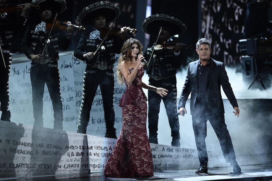 Alejandro Sanz compartió escenario con la brasileña Paula Fernandes junto al mariachi Sol de México en la 16 entrega de los Latin Grammy. (Foto: Paul Buck/EFE)