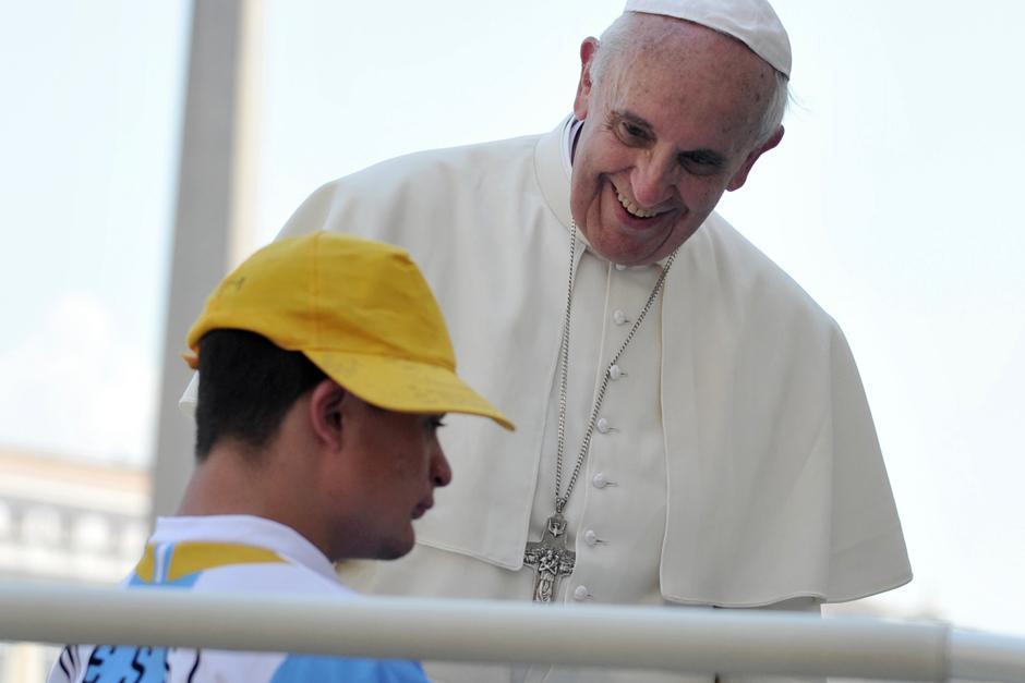 El 19 de junio el papa invitó a un joven con síndrome de down a acompañarlo en el papamóvil.