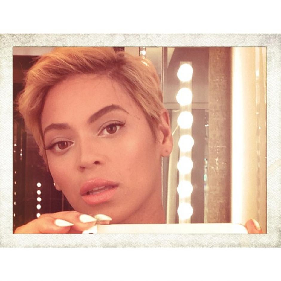 La cantante Beyoncé cambio de look y sorprendió a sus fanáticos subiendo una fotografía a Instagram donde muestra un radical corte de cabello. (Foto: Instagram)