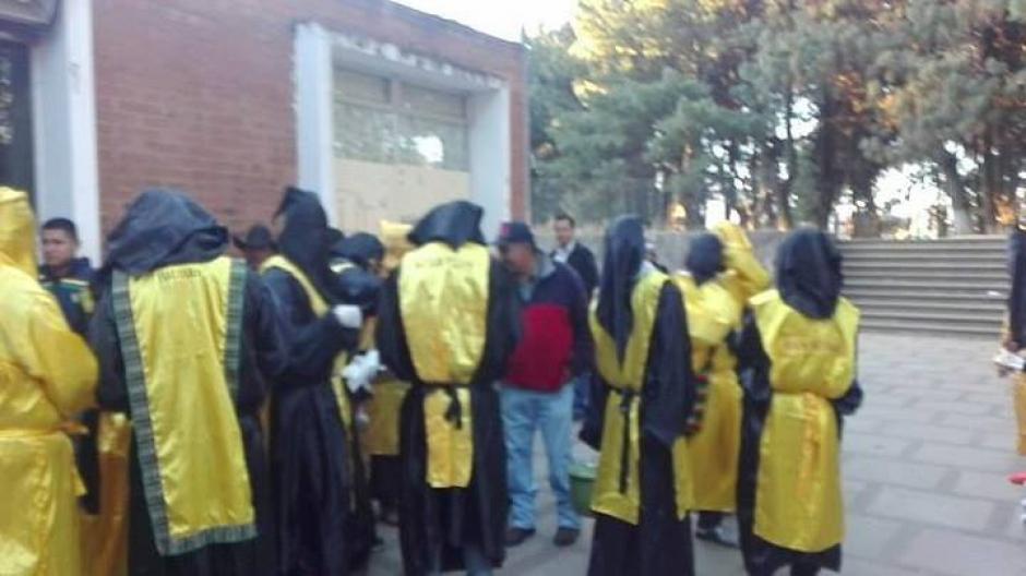 Los huelgueros prepararon café en las afueras del centro hospitalario. (Foto: Stereo 100)