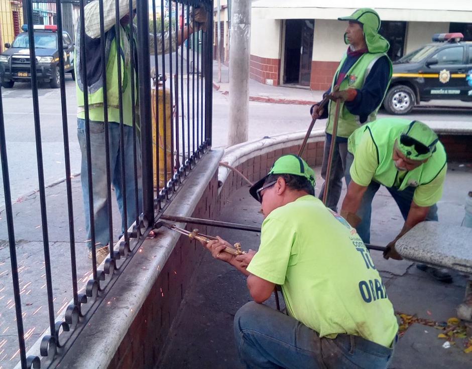 Se ha empezado con la eliminación de las barandas que rodeaban el lugar. (Foto: Muni de Guatemala)