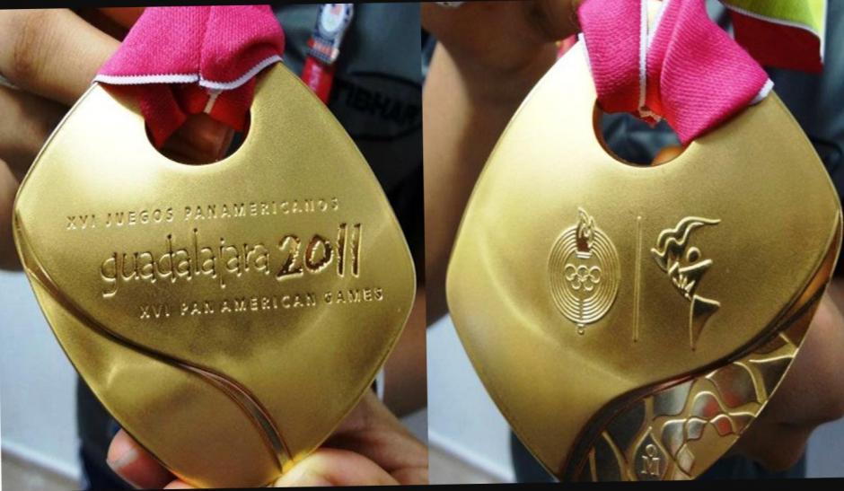 En esta fotografía muestra la autenticidad de la medalla para obtener un buen precio por ella. (Foto: Jamy Franco)