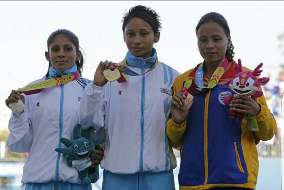 Jamy Franco, al centro, vende su medalla de oro obtenida en los Juegos Panamericanos de 2011. (Foto: Jamy Franco)