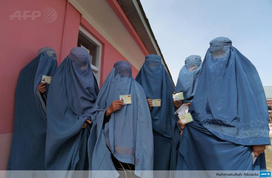 Mujeres afganas muestran su carnet electoral, el cual les permitirá votar en los comicios presidenciales y provinciales en Afganistán, que se realizarán el 5 de abril. (Foto: AFP)