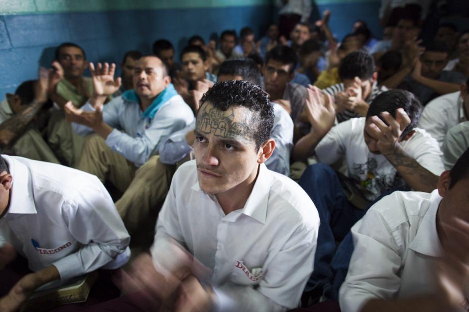 Dentro de sus actividades, los reos participan de ceremonias religiosas.(Foto: Adam Hinton)