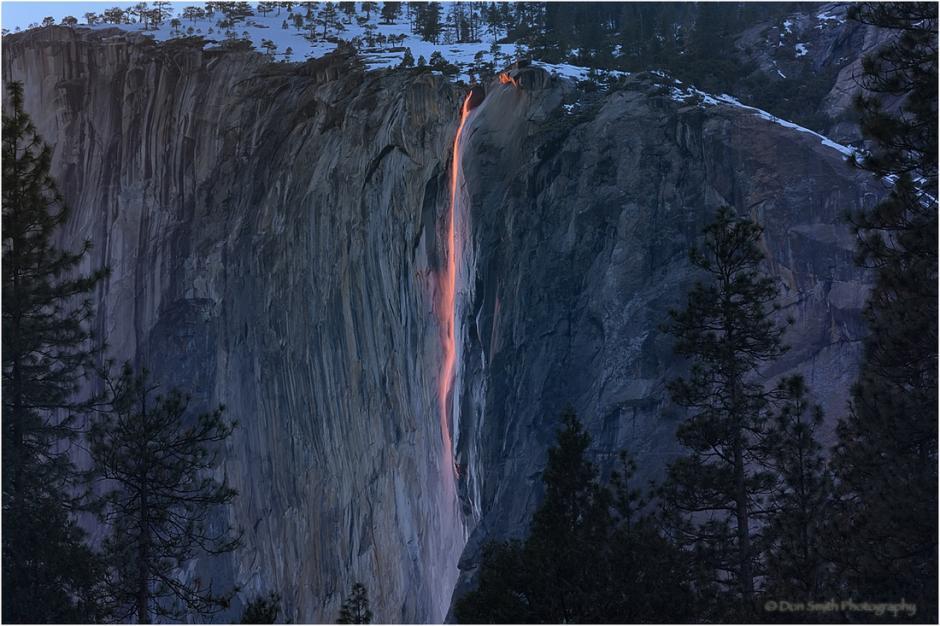 El agua se alumbra en tonos de rojo, anaranjado y amarillo. (Foto:dailymail.co.uk)