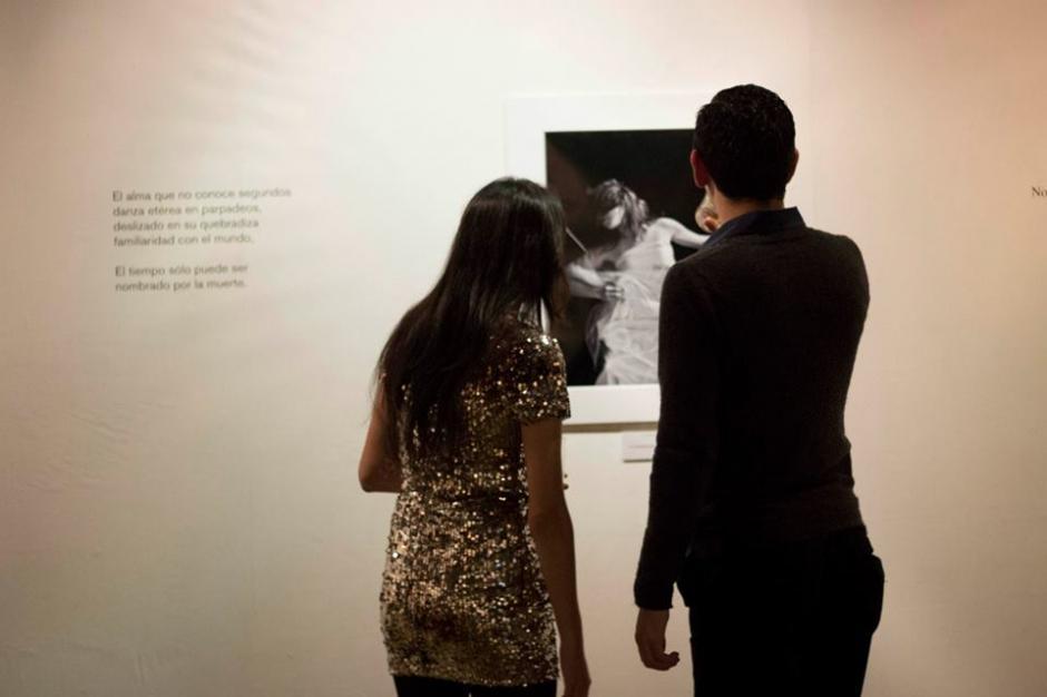 """El público asistente observando la obra del artista gráfico José Rodríguez Palomo que ilustra el poemario """"Trotamundos de Cuerpos"""". (Foto: AK)"""