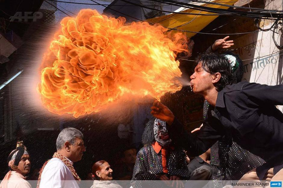 Un devoto en la India celebra con fuego, el final del invierno con la última luna llena del mes. (Foto: AFP)