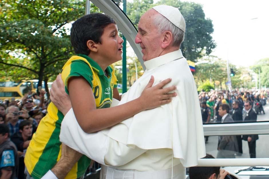 El Papa Francisco abraza a un niño emocionado que se acerca a él en la Quinta Boa Vista en Río de Janeiro. (Foto: AFP)
