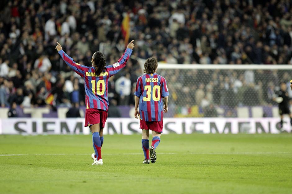 Ronaldinho le dejó a Messi el número 10 luego de dejar el club catalán.