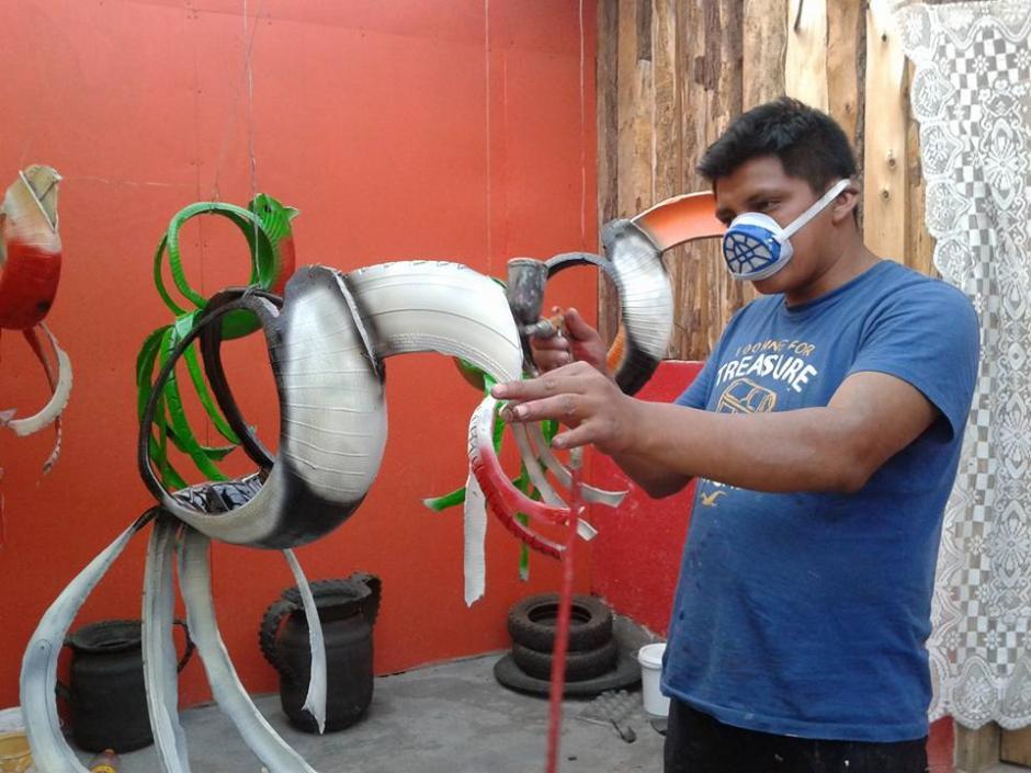 Guarcas dice que con este trabajo, está salvando al planeta al reutilizar los neumáticos. (Foto: César Guarcas)
