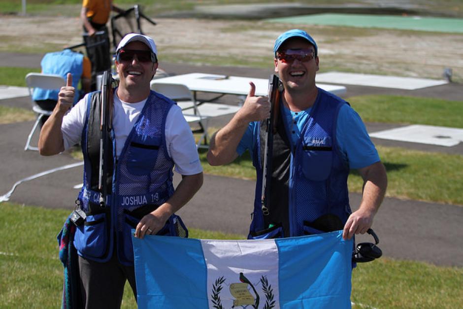 Hebert y Enrique Brol con la bandera de Guatemala tras ganar las medallas de oro y bronce, respectivamente.(Foto: Comité Olímpico Guatemalteco)