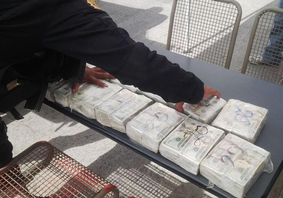 Los dólares fueron encontrados en 29 paquetes. (Foto: PNC)