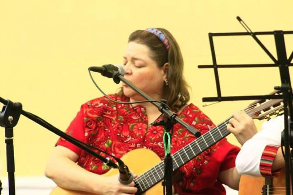 La violinista es hija de Jorge Sarmientos un músico, compositor y director de orquesta guatemalteco (Foto: Facebook Mónica Sarmientos)