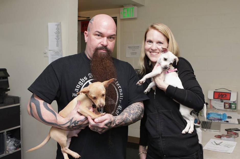 """Kerry King posa con una rescatista y los cachorros """"Love Stuff"""" y """"Slayer"""". (Foto: Montley Zoo Animal Recscue)"""