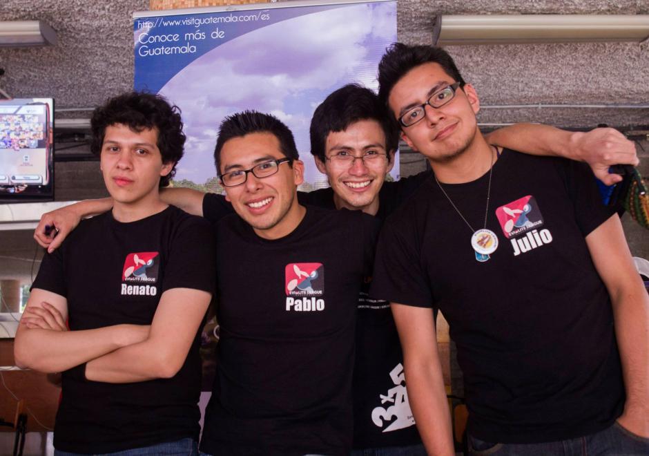 Pablo y su grupo de amigos jugadores buscan que The Pokémon Company pueda avalar los torneos de este juego en el país. (Foto: Pablo Godoy)
