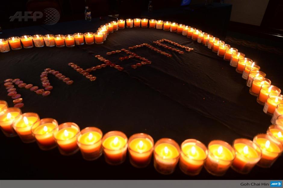 """""""Símbolo del corazón a la luz de las velas"""". Así es como se ilumina la entrada del Metro Park Hotel en Beijing, este sábado 29 de marzo, donde familiares de los pasajeros del vuelo Malaysia Airlines MH370 hicieron un ceremonial especial antes de una reunión con funcionarios y autoridades del gobierno de Malasia acerca de los últimos hallazgos en la búsqueda de los restos del vuelo. (Foto: AFP)"""