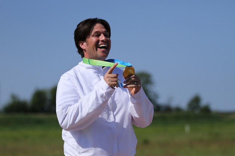 Hebert Brol muestra su medalla de oro, en la prueba de doblo foso, en tiro. (Foto: Comité Olímpico Guatemalteco)