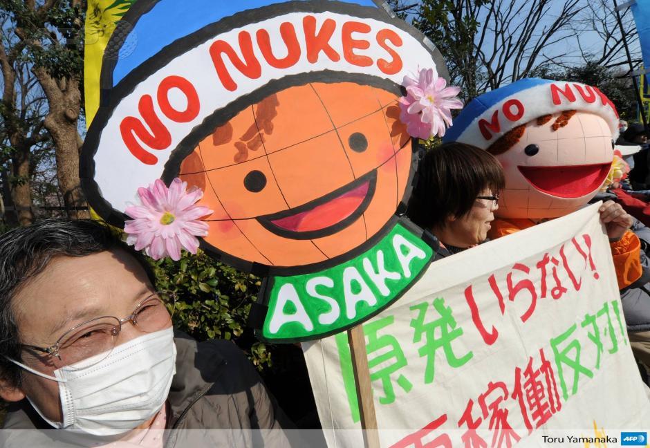 Un grupo de mujeres gritan consignas durante una manifestación en contra de la energía nuclear en el tercer aniversario del tsunami de la catástrofe de la central nuclear de Fukushima. (Foto: AFP)
