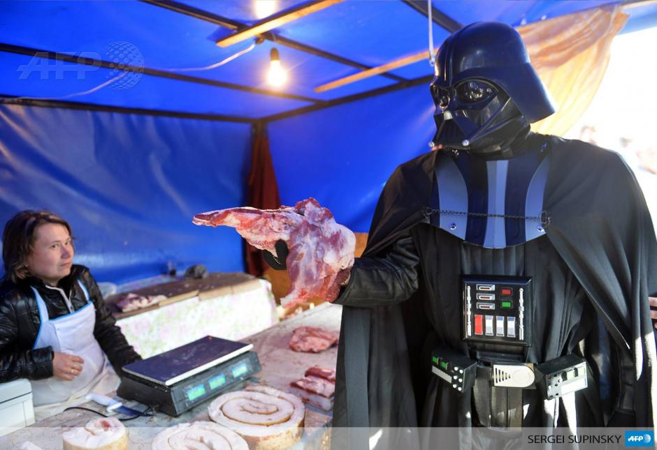 Los funcionarios electorales en Ucrania han dictaminado que el candidato que viste de Darth Vader por el Partido de Internet de Ucrania no puede postularse para ser presidente. Aún en campaña, el postulante llegó a comprar carne a un mercado Kiev. (Foto: AFP)