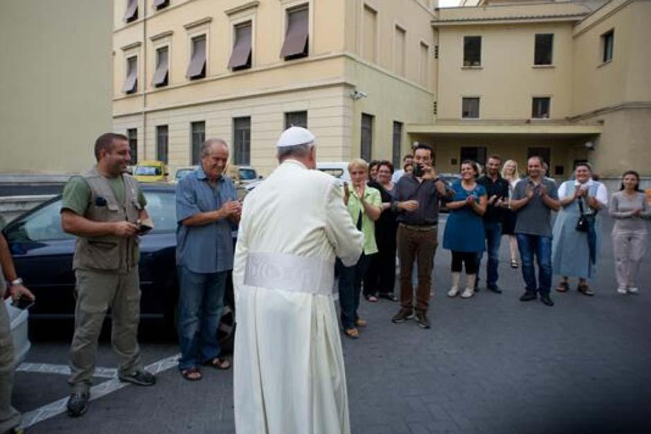 El 9 de agosto el papa hizo una visita sorpresa a los obreros y carpinteros del Vaticano.