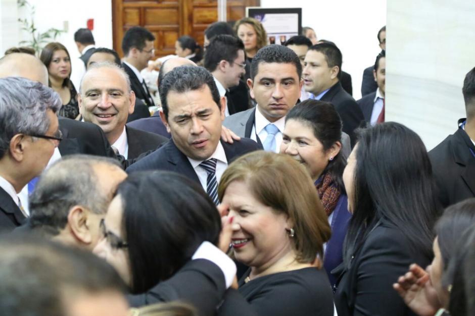 Jimmy Morales compartió con los invitados a la ceremonia de la nueva presidenta del OJ Silvia Valdés. (Foto: Alejandro Balán/Soy502)
