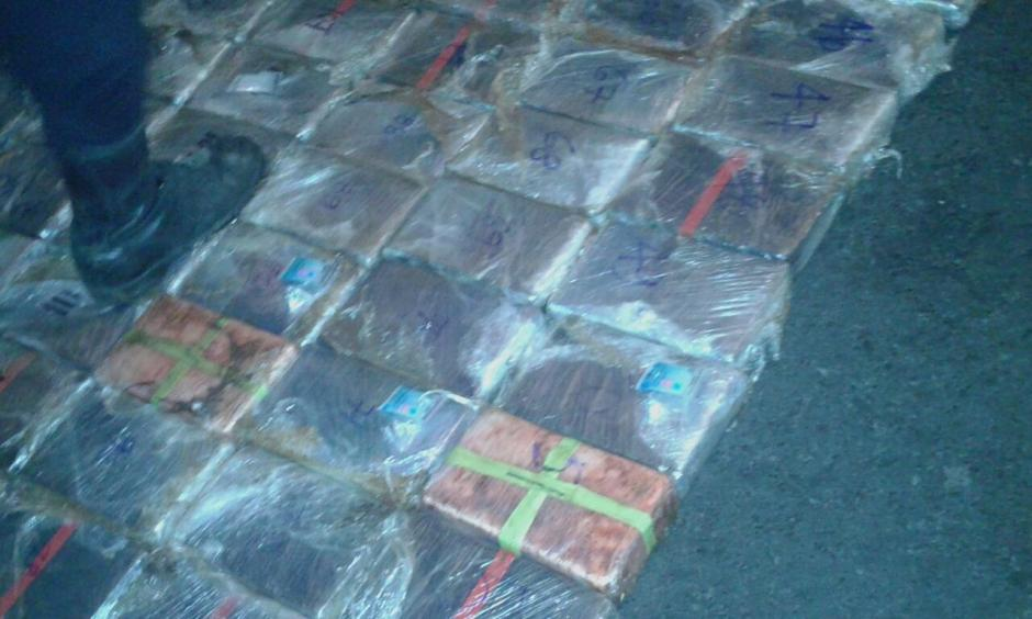 Los paquetes se encontraban en el techo del camión.  (Foto: PNC)