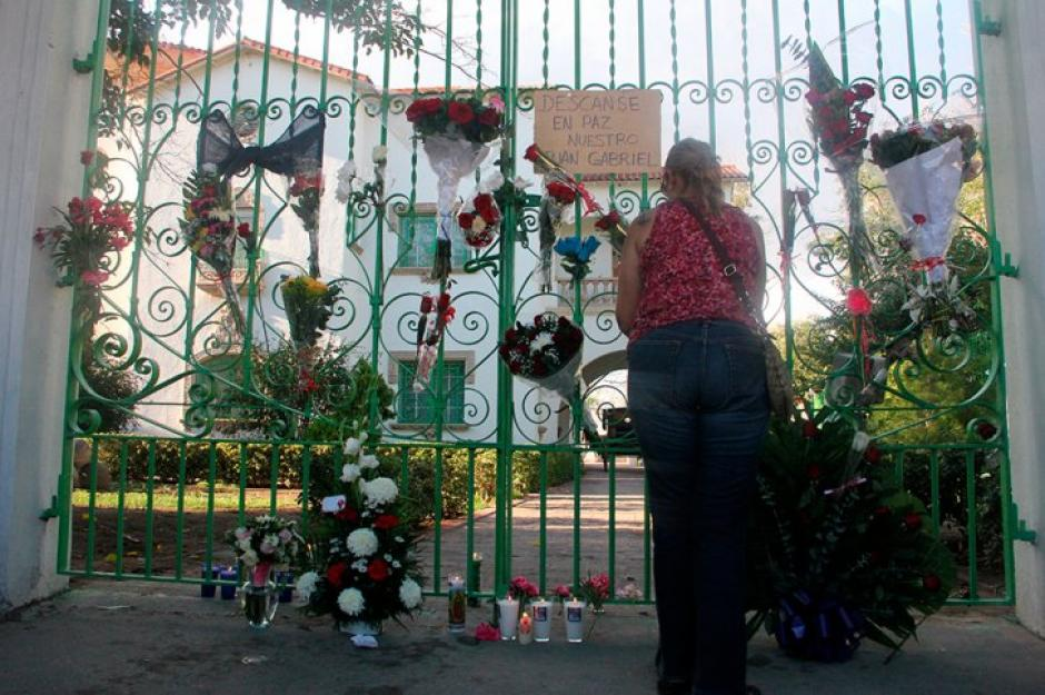 En las afueras de la casa de Juan Gabriel en Parácuaro, Michoacán, cientos de personas llegan a rendirle tributo. (Foto: EFE)
