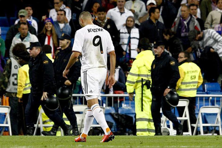 Benzema sale desconsolado tras la derrota.