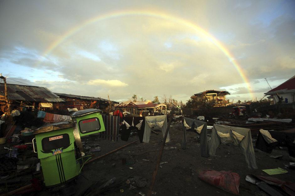 Imagen de un arcoiris sobre la ciudad de Taclobán, Filipinas, la cual quedó devastada luego del paso del tifón Haiyan, que dejó más de 3,600 muertos.