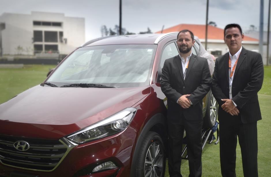 José Enrique Rubio, gerente de marca Hyundai Guatemala y Cristian Siebold, gerente general de Tecun Automotores, develaron la nueva Hyundai Tucson. (Foto: Magui Medina/Soy502)