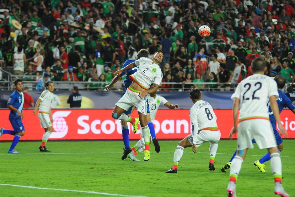 El juego aéreo ante México fue bastante dividido y la defensa guatemalteca estuvo puntual. (Foto: Aldo Martínez/Nuestro Diario)