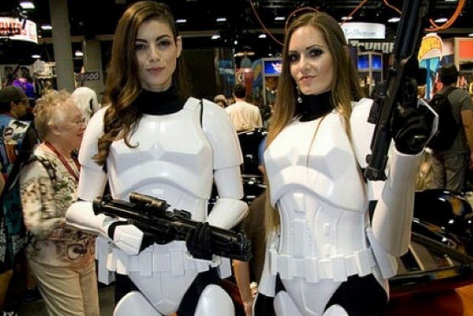 Algunas edecanes haciendo honor a la Guerra de las Galaxias. (Foto: sopitas.com)