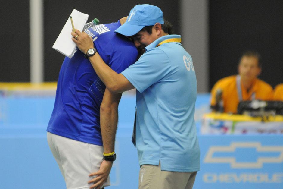 Kevin Cordón se abraza con su entrenador José María Solís