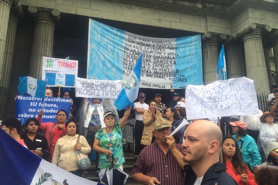 Los manifestantes se concentraron una vez más en una protesta frente al Palacio Nacional de la Cultura. (Foto: Luis Barrios/Soy502)