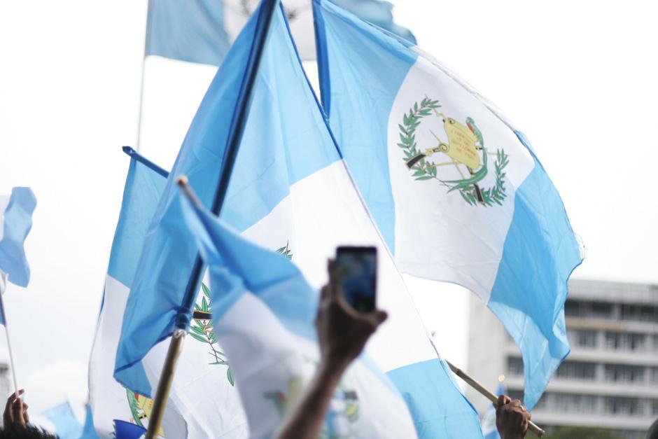 Las banderas siguen siendo el máximo símbolo de las protestas. (Foto: José Dávila/Soy502)