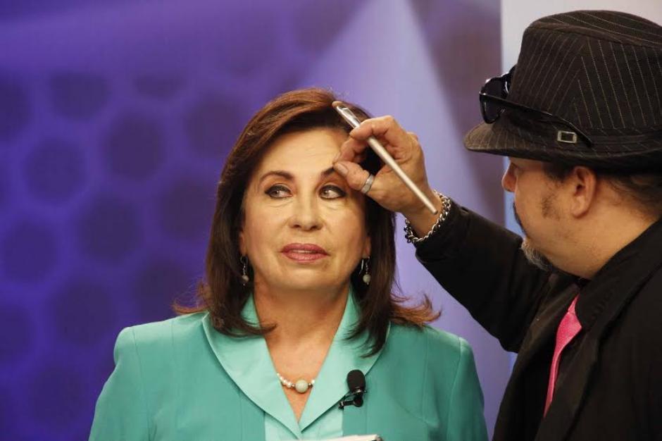 Sandra Torres cuidó hasta el más mínimo detalle de su apariencia durante el Foro de Presidenciables 2015. (Foto: Pedro Mijangos/Soy502)