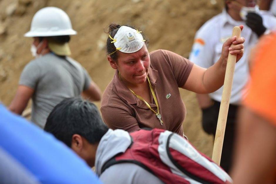 Familiares de las víctimas colaboran con los rescatistas con la esperanza de hallar con vida a sus seres queridos. (Foto: Soy502/Wilder López)