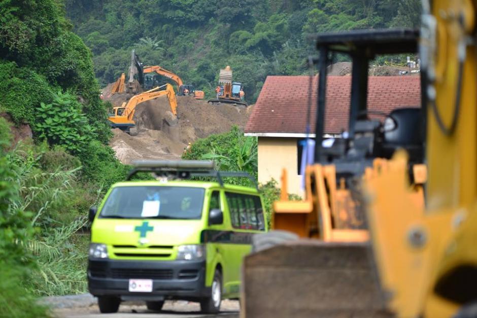 Maquinaria pesada inicia las labores de rescate este lunes, cuatro días después de la tragedia en El Cambray II. (Foto: Soy502/Jesús Alfonso)